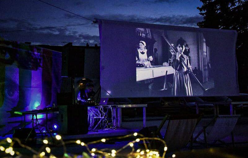 """Pokaz filmu """"Śnieżka"""" z muzyką Miss God podczas Jarmarku Dominikańskiego – relacja"""